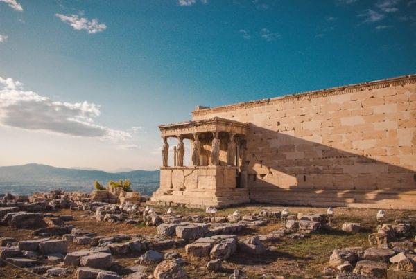 cariatidi greche che ricordano a tutti che la retorica è una cosa antica ed importante