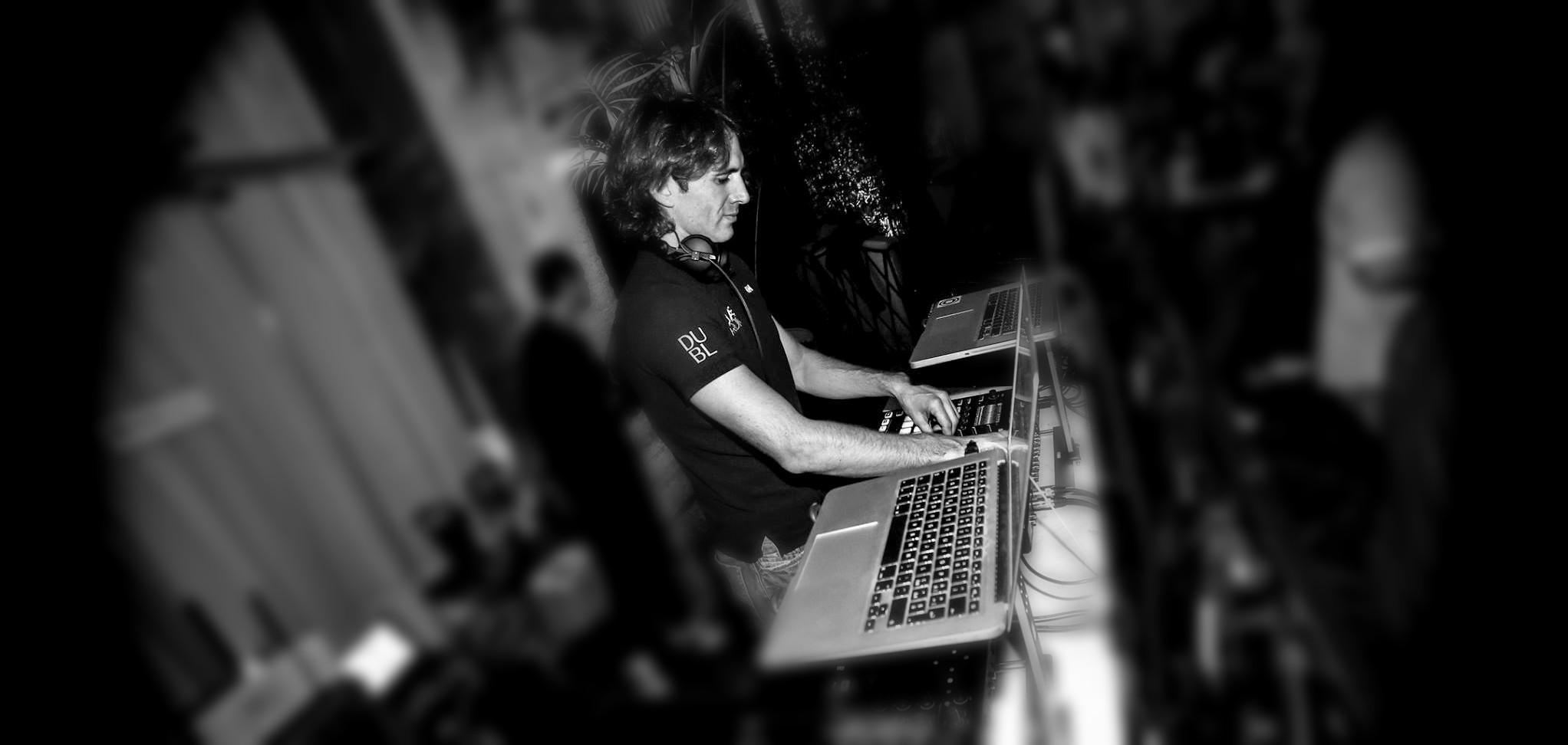 DJ Lupo di Mare alla consolle durante una serata