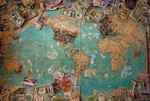 Planisfero e soldi che raffigurano la nostra analisi di mercato